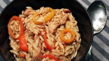 Pâtes grecques à la sauce tomate, poulet et poivrons