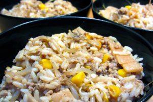 Nasi goreng viande hachée et bambou