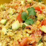 salade de quinoa avec de l'avocat et des crevettes grises