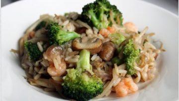 nasi goreng au brocoli et aux crevettes roses