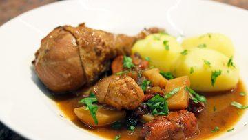 Ragoût de poulet aux prunes