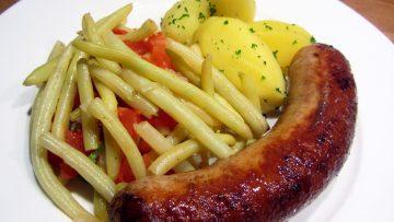 saucisses de poulet aux haricots et pommes de terre au persil