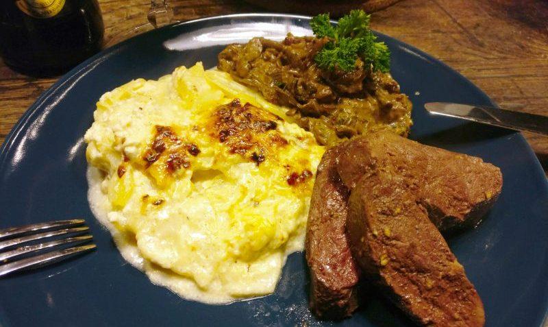 oie rôtie, gratin de pommes de terre et cèpes